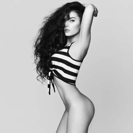 modelo desnuda: Foto de arte de la moda sexy mujer desnuda con el pelo largo sano