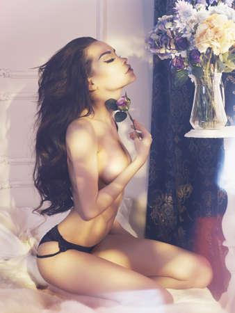 mujeres desnudas: Moda arte foto de la señora hermosa con flores. Interior del hogar. Mañana