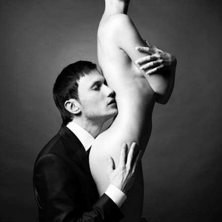 femme noire nue: Portrait de jeunes couples ?l?gants dans la tendre passion
