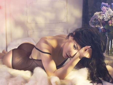 desnudo de mujer: Moda arte foto de la mujer sensual en el dormitorio. Interior del hogar. Mañana