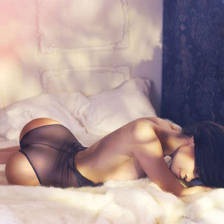 mujeres desnudas: Moda arte foto de la mujer sensual en el dormitorio. Interior del hogar. Mañana