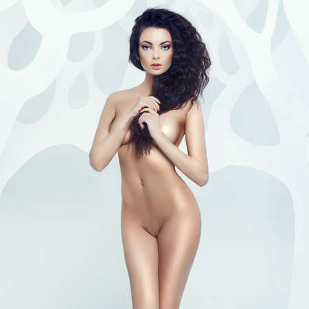 mujer desnuda sentada: Estudio de arte de la moda de dama elegante desnudo Foto de archivo