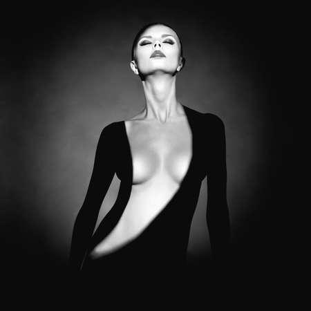 그녀의 몸에 그림자와 함께 우아한 벌거 벗은 여자의 패션 예술 스튜디오 초상화 스톡 콘텐츠