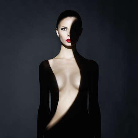 femme noire nue: Mode portrait de studio d'art de l'�l�gant femme nue avec l'ombre sur son corps
