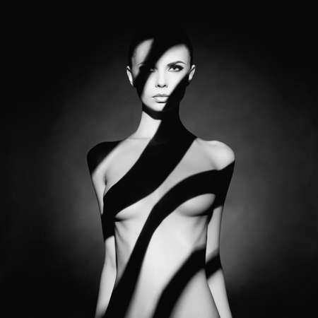 femme noire nue: Mode portrait de studio d'art de l'élégant femme nue avec l'ombre sur son corps