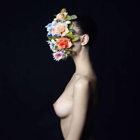 schwarze frau nackt: Konzept Mode Studio Portrait des nackten eleganten Frau mit Blume auf ihrem Gesicht