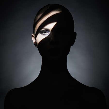 nude young: Сюрреалистический портрет молодой леди с художественной макияжа