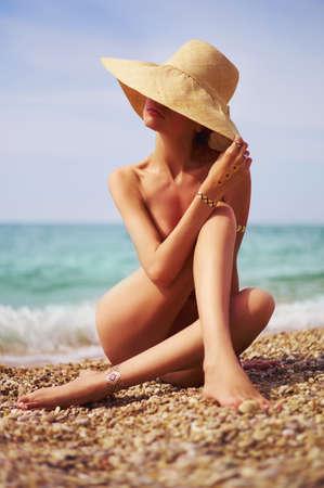 Elegante signora nuda al mare. Foto di viaggio Estate