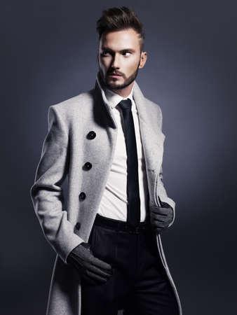 lazo negro: Retrato de hombre guapo y elegante en el abrigo de oto�o elegante