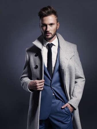 Portret van knappe stijlvolle man in een elegante herfst vacht Stockfoto