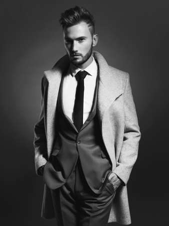 modelo: Retrato de hombre guapo y elegante en el abrigo de otoño elegante