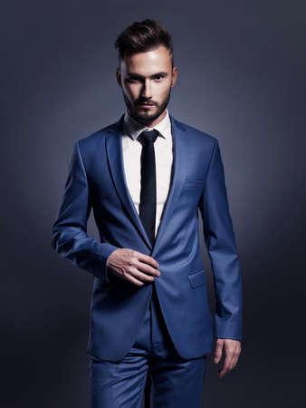 エレガントな青いスーツでハンサムなスタイリッシュな男の肖像