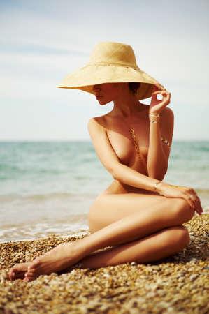 바다에서 우아한 벌거 벗은 아가씨. 여름 여행 사진