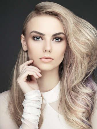 아름 다운 젊은 여자의 에로틱 초상화. 섹시한 금발. 스톡 콘텐츠