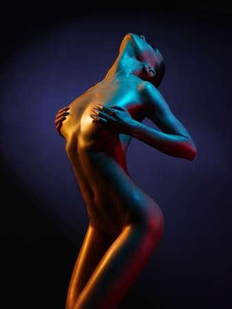 schwarze frau nackt: Mode-Kunst-Foto von eleganten Aktmodell in den hellen Scheinwerfern