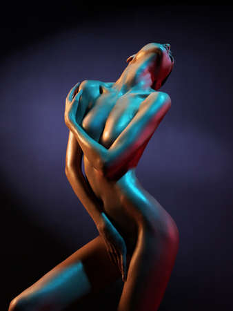 desnudo de mujer: Foto del arte de la moda del modelo desnudo elegante en los focos de colores claros