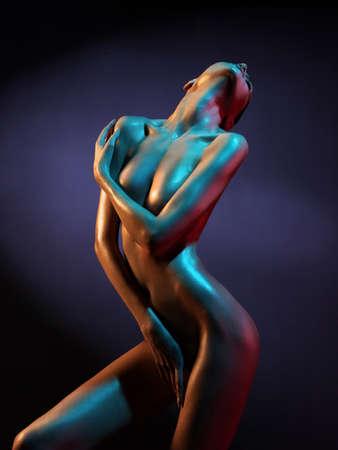 femmes nues sexy: l'art de la mode photo de l'élégant modèle nu dans les projecteurs de couleur claire