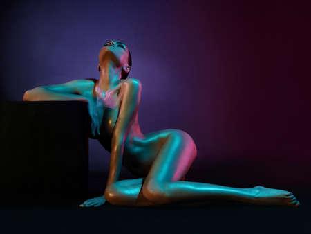 nackt: Mode-Kunst-Foto von eleganten Aktmodell in den hellen Scheinwerfern