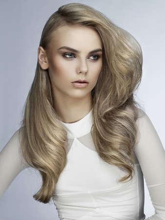 웅대 한 머리를 가진 아름 다운 젊은 여자의 사진 스톡 콘텐츠