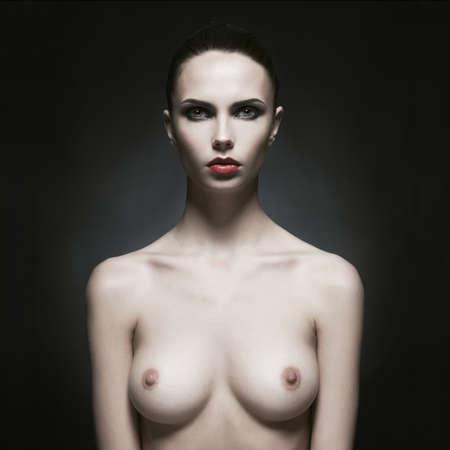 schwarze frau nackt: Fashion Portrait des nackten eleganten Dame auf schwarzem Hintergrund Lizenzfreie Bilder