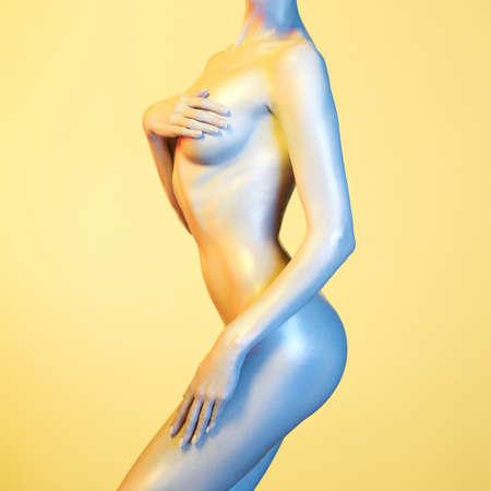 modelo desnuda: Foto del arte de la manera del modelo elegante desnuda en los focos de colores claros Foto de archivo