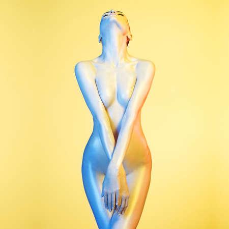 modelos desnudas: Foto del arte de la manera del modelo elegante desnuda en los focos de colores claros Foto de archivo