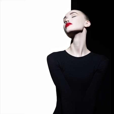 幾何学的な黒と白の背景にエレガントな筆者のファッション アート スタジオ ポートレート