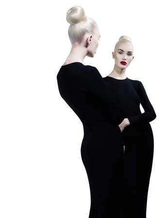 우아한 금발과 미러에서 그녀의 반사의 아트 패션 스튜디오 초상화