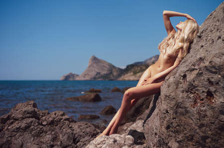 Portrait of beautiful nude blonde on the nudist beach 版權商用圖片 - 59691948