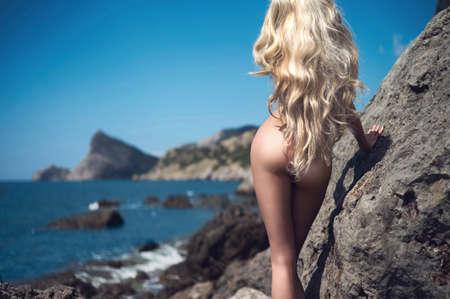 nue plage: Portrait de belle blonde nue sur la plage nudiste