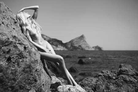 mujeres jovenes desnudas: Retrato de la hermosa rubia desnuda en la playa nudista Foto de archivo