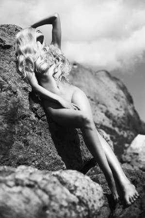 mujeres eroticas: Retrato de la hermosa rubia desnuda en la playa nudista Foto de archivo