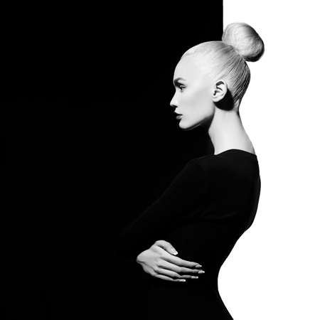 mode: Mode-Kunst-Studio-Porträt von eleganten blode in geometrischen schwarzen und weißen Hintergrund