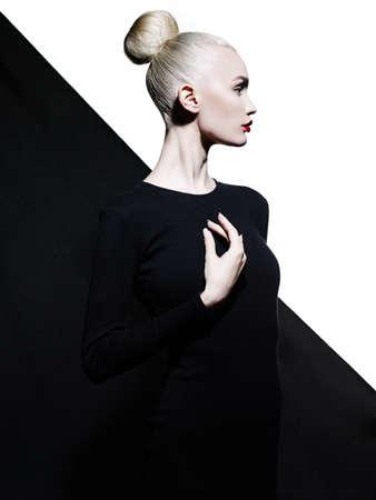 mujeres fashion: retrato de estudio arte de la moda de blode elegante en el fondo blanco y negro geométrico