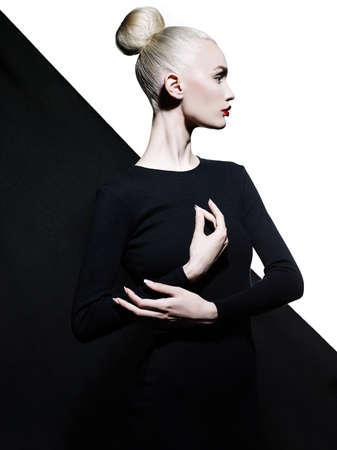 Fashion art studio portret van elegante blode in geometrische zwart-witte achtergrond Stockfoto