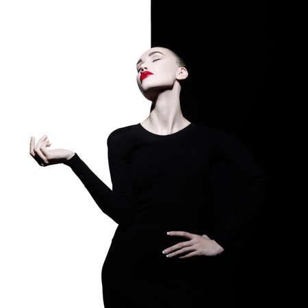 Fashion art studio portret van elegante blonde in geometrische zwart-witte achtergrond Stockfoto - 65628099