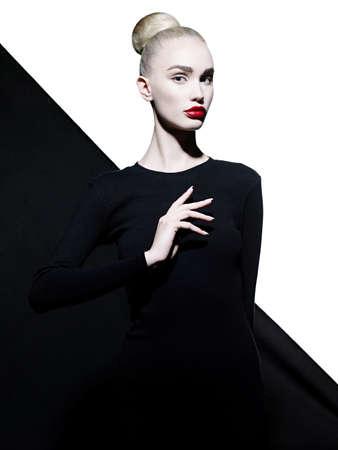 Fashion art ritratto in studio di donna elegante con le labbra rosse. rossetto moda. cosmetica professionale. Ritratto di bellezza in abito nero con grandi labbra sexy. Molto belle labbra.