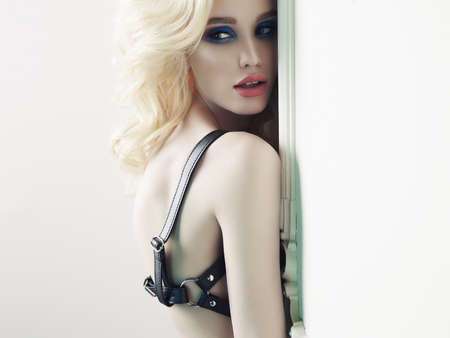 Photo élégante à la mode d'une belle jeune femme au maquillage brillant