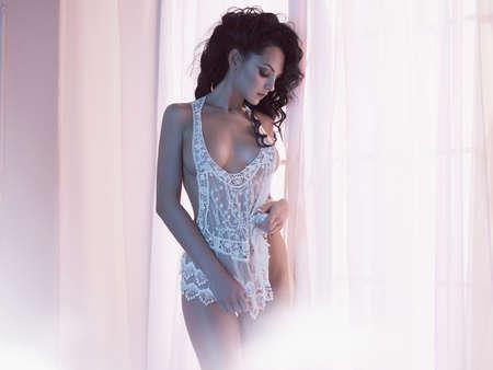 Art boudoir fashion photo de belle femme magnifique en lingerie à la fenêtre. Corps parfait. Beauté et santé Banque d'images - 81363558