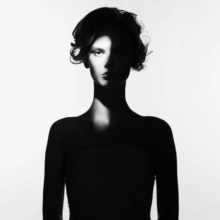 Art noir et blanc, mode, surréaliste, portrait, beau, femme, rayon, lumière, figure Banque d'images - 81299321