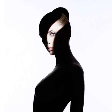 Fashion Art Studio Portrait von eleganten nackten Dame mit Schatten auf ihren Körper