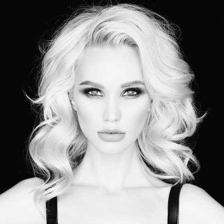 明るい化粧品で美しい金髪の若い女性のファッションのスタイリッシュな写真。完璧なメイク 写真素材