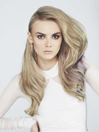 장엄한 머리를 가진 젊은 아름다운 여자의 사진