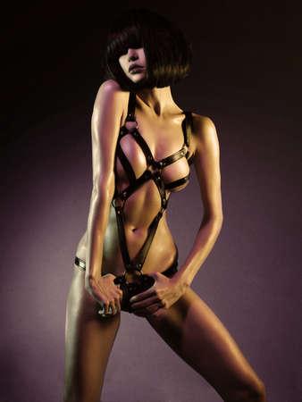 sexy junge Frau in der erotischen Fetisch tanzen Striptease in Nachtclub tragen. Schöne nackte Körper der Sinnlichkeit elegante Dame.