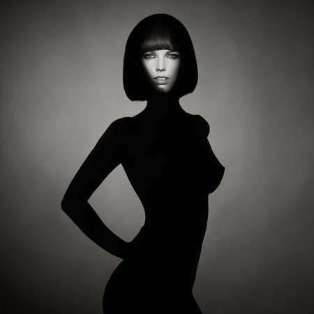 흑백 개념 패션 사진 누드 우아한 여자를 입고 그림자입니다. 갈색 머리 밥 헤어 스타일입니다. 패션, 건강 및 미용
