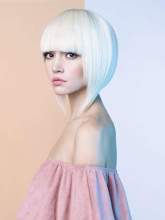 Art fashion studio portret van mooie blonde met kort kapsel