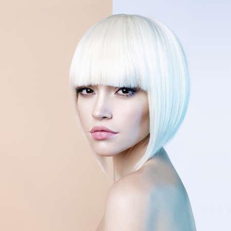 Studio mody portret pięknej blondynki z krótką fryzurą