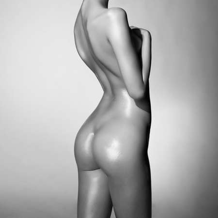 nude sexy body of young pretty lady. wet naked woman show her perfect buttocks. Erotic portrait of sexy woman with beautiful figure.  Standard-Bild