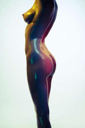 Mode foto van vrouw. Mooie vrouw. Model poseren in de gekleurde lichten.