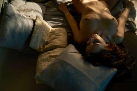 Belle femme à l'intérieur de la maison. Dame sexy avec un corps parfait dans la chambre. Portrait sexuel d'un jeune mannequin pose devant les fenêtres. Figure érotique de la beauté dans la chambre. Banque d'images